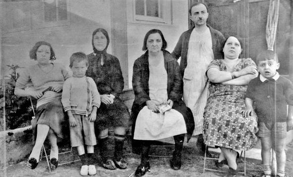 Anneanne Küçük Virjin Hanım, dayı Niko, anne Amelya hanım ve Selim Naşit.