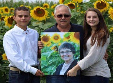 Kanserden Ölen Eşinin En Sevdiği Çiçeklerden Bir Tarla Yapan Adam