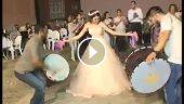 Düğününde davulun üstüne çıkarak oynayan gelin