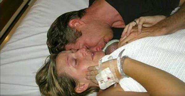 Ebeveynleri Cansız Bebeklerinin Elini Asla Bırakmadı. Birkaç Saat Sonra Mucize Gerçekleşti.