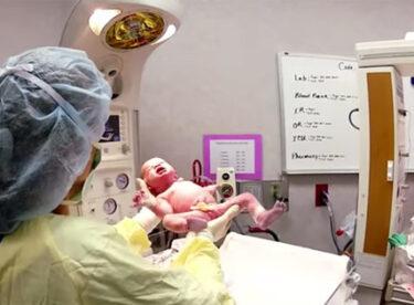 Doktor Ağlayan İkizleri Bir Araya Getirince Bakın Nasıl Sustular