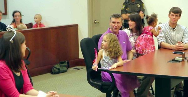 5 Yaşındaki Kız Evlat Edinilmek Üzere Mahkemeye Çıkarıldı. Arkasını Döndüğünde Gözlerine İnanamadı!
