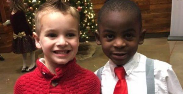 5 Yaşındaki İki Arkadaşın Fotoğrafı Viral Oldu – Fotoğrafa Yakından Bakınca Nedenini Anlayacaksınız
