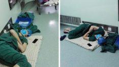 28 Saatlik İki Operasyonun Ardından Yere Yığılan Doktorun Fotoğrafı Viral Oldu