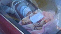 Çift Bir Aracın İçinde Battaniyeye Sarılı Ve Üzerinde Not Olan Bebeği Gördü – Notu Okuyunca Çok Öfkelendiler