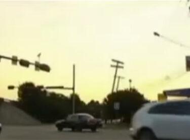 İki Genç Kırmızı Işıkta Bekliyorlardı – Derken Arabanın İçinden Yardım Çığlığı Atan Kadını Gördüler