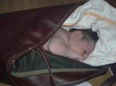 Yeni doğan kız bebeği çöplerin arasına bıraktılar