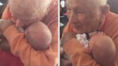 105 Yaşındaki Adam Torununun Oğlunu Kucağına Alınca Böyle Duygulandı