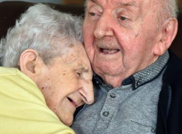 98 Yaşındaki Anne Yalnız Kalmasın Diye 80 Yaşındaki Huzurevinde Kalan Oğlunun Yanına Taşındı