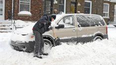 Aracın Etrafındaki Karları Temizlerken Araçtaki Eşi Ve Çocuğu Öldü – Polis Şimdi Bütün Aileleri Uyarıyor