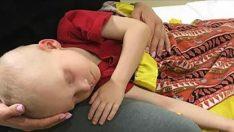 Anne Kanser Hastası Oğluna Veda Etti – Çocuk Birden Gözlerini Açıp Şu Kelimeleri Fısıldadı