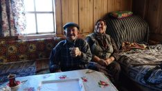 Kastamonu Azdavay'da Ali Osman ve Fati Kara çifti kara kışa rağmen köylerini terk etmiyor