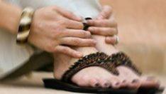 'Ayakların kokuyor' diyen eşe tazminat