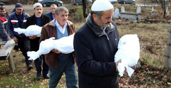 Acının Resmi… Tabuta konulmayan kardeşler, kefenleriyle kucakta mezarlığa taşındı…