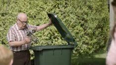 Yaşlı Adam Yeni Eşyalarını Çöpe Attı – Nedenini Öğrenince Gözleriniz Dolacak